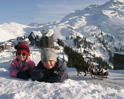 Avoriaz_children_in_snow_with_sleigh
